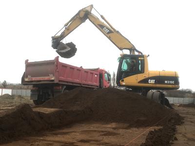 załadunek ziemi koparką na samochód ciężarowy